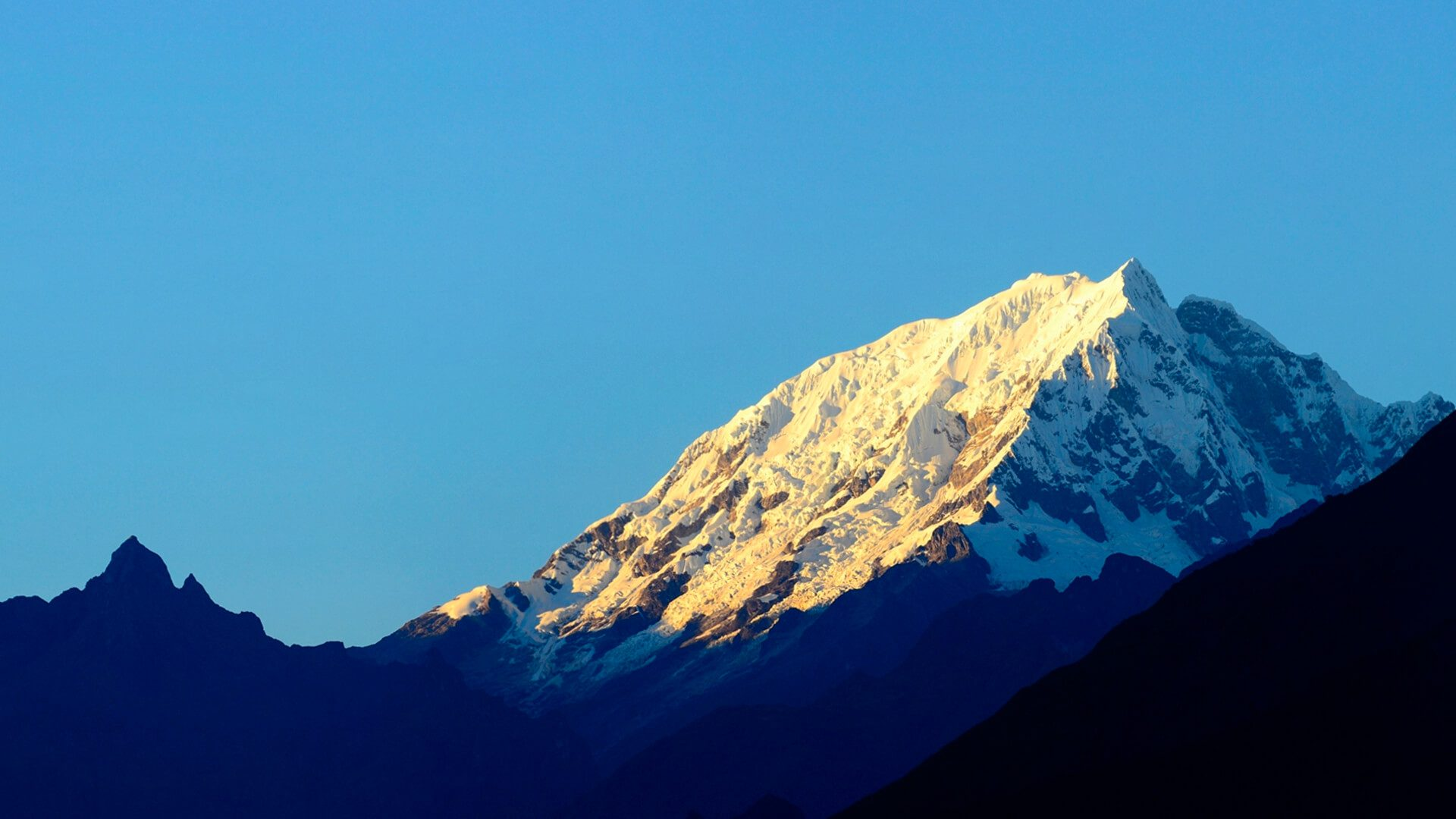 Snow peak of Salkantay on sunny day with clear skies | Responsible Travel Peru